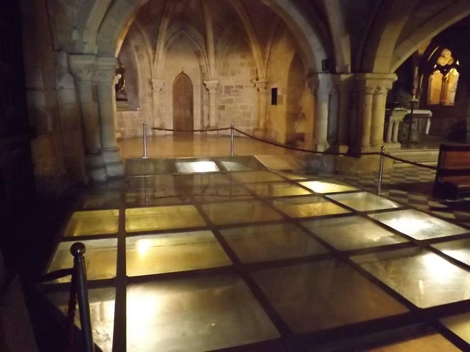 Termas romanas y fortaleza aparecidas en el subsuelo de la iglesia del Cristo.