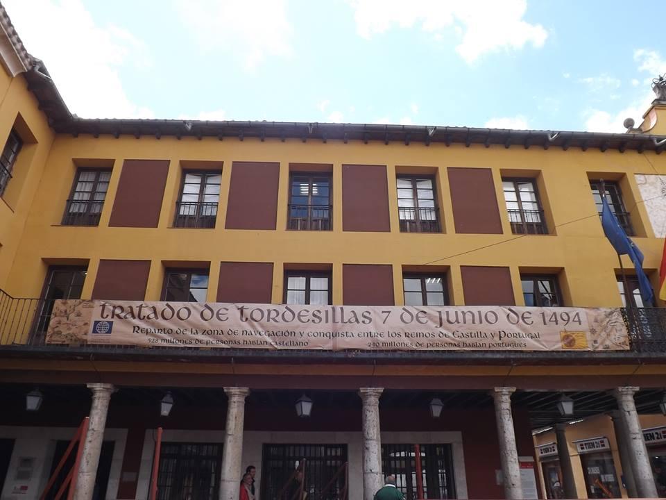 pancarta en el Ayuntamiento de Tordesillas conmemorando la fecha.