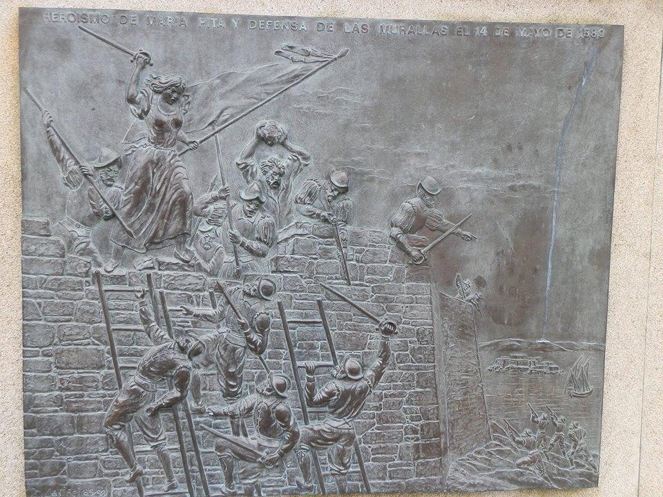 Relieve de la batalla representado en el monumento a María Pita.