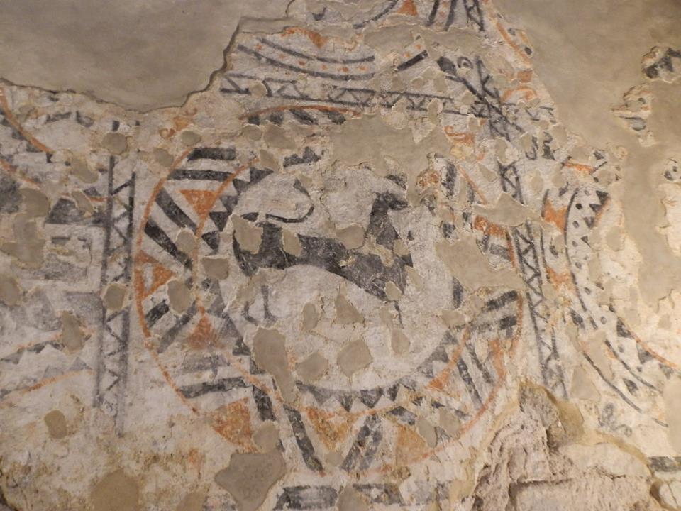pinturas en el altar y pintura con dibujo de un animal.
