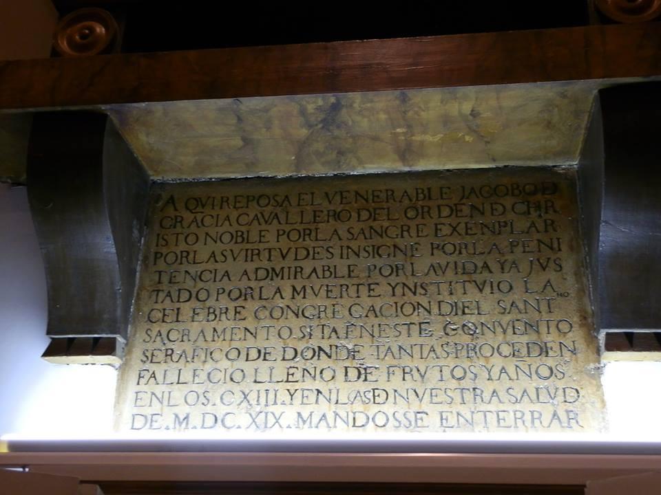 Interior con menciones de protectores y tumba en el Oratorio del Caballero protagonista.
