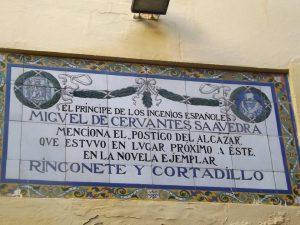 Placa en Calle de la Villa, centro donde acudió como alumno Cervantes en Madrid.