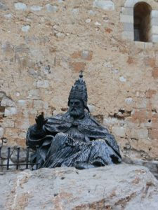 Estatua homenaje a Luna (Benedicto XIII).